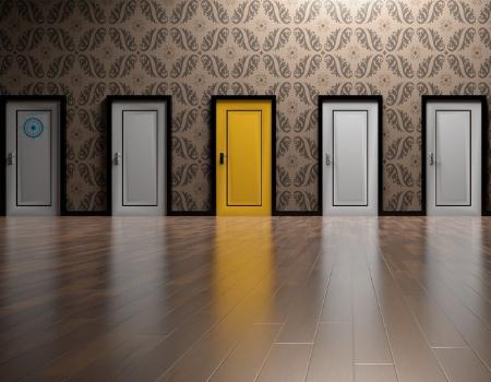 Imagen de distintas puertas de colores con una pintada de amarillo en el centro