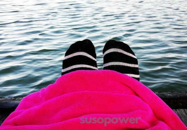 pies con una manta